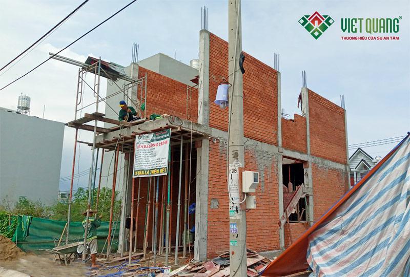 Hình ảnh mặt tiền công trình đang trong giai đoạn thi công phần thô lầu 1