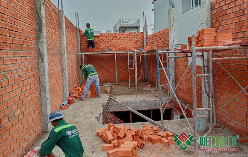 Hình ảnh công nhân xây tường bao quanh nhà bằng gạch Tuynel Bình Dương