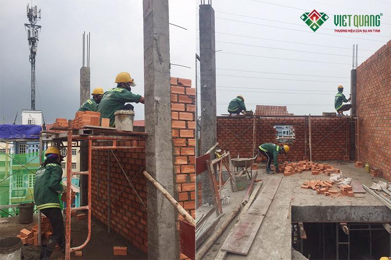 Công nhân Việt Quang xây tường nhà chị Trang tại quận 9