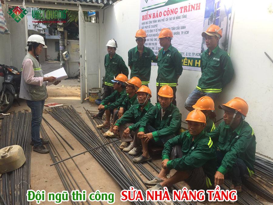 Đội ngũ kỹ sư và công nhân đang thi công sửa nhà nâng tầng nhà phố của Việt Quang Group