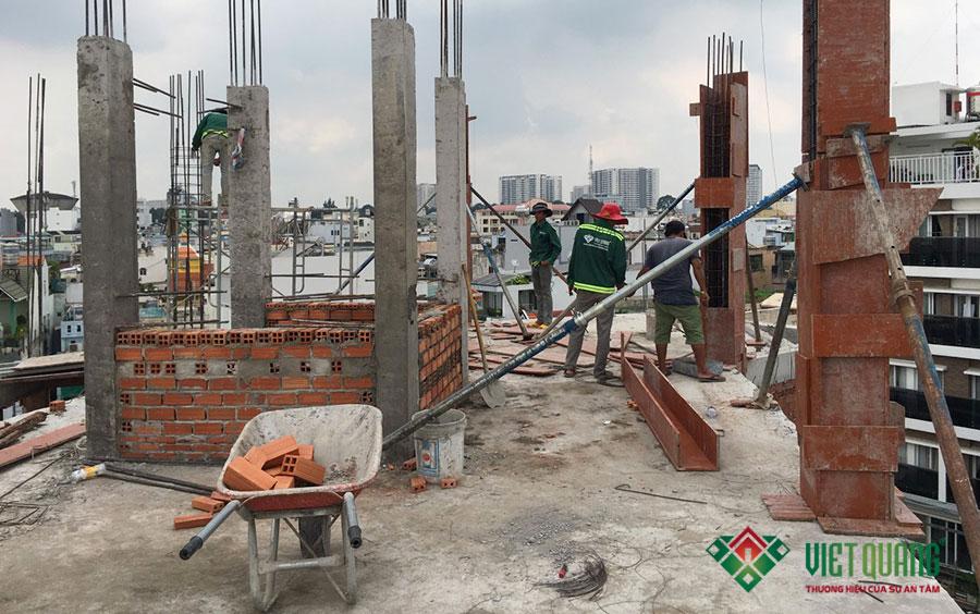 Hình ảnh công nhân đang thi công phần cột tại tầng 4 của công trình thi công sửa nhà nâng tầng nhà phố 6 tầng