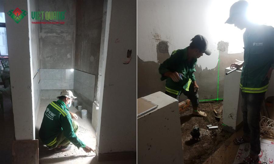 Công nhân Việt Quang thi công ốp lát gạch nền, gạch nhà vệ sinh