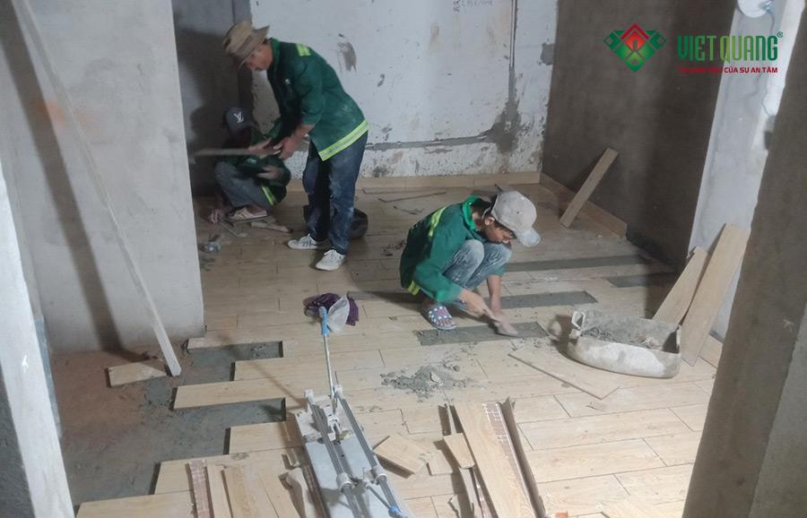 Thi công lát nền gạch trong một căn hộ cho thuê của tòa nhà 6 tầng tại quận Phú Nhuận