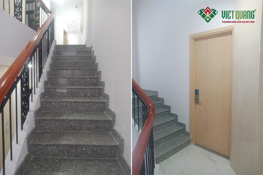 Hình ảnh cầu thang bộ liên kết giữa các tầng. Hệ thống cửa phòng được lắp đặt khóa thẻ từ và vân tay rất an toàn và bảo mật