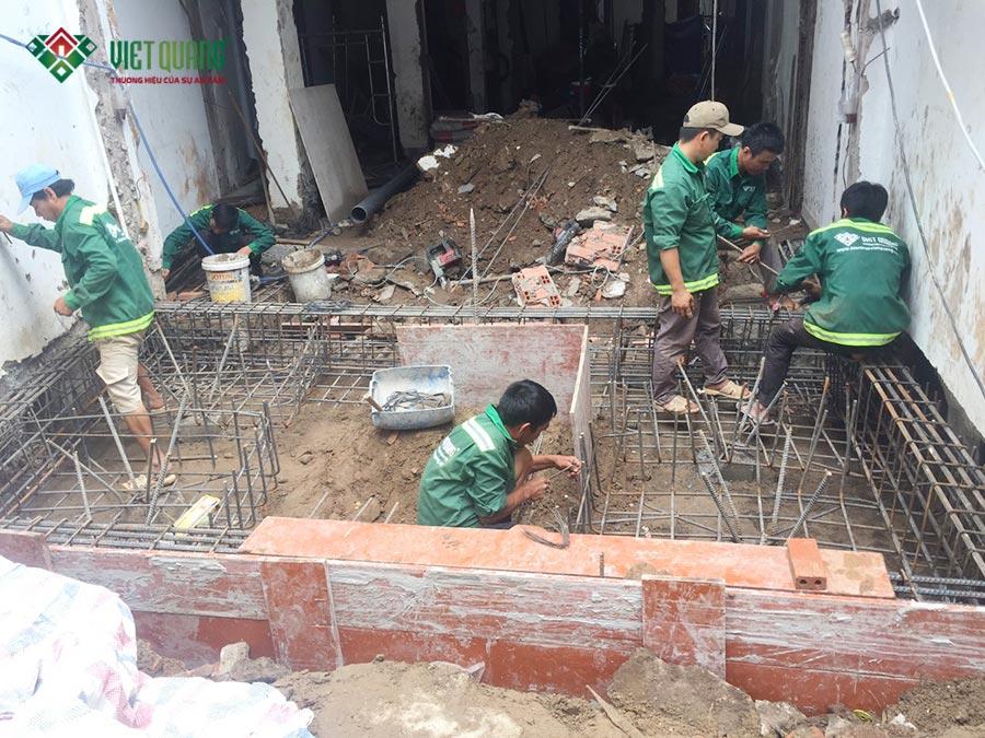 Thi công móng cọc phần nhà được xây dựng mở rộng thêm ra phía trước của công trình tại quận Phú Nhuận