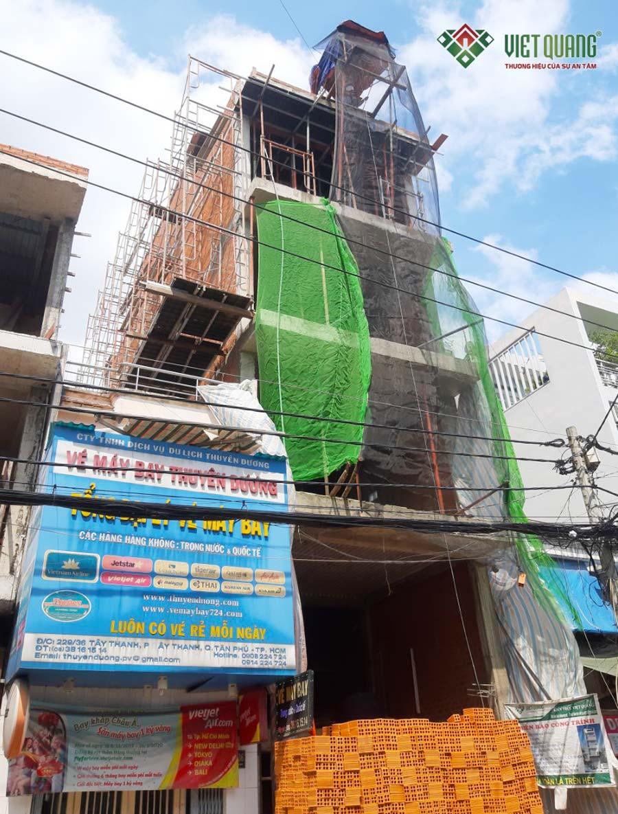 Mặt tiền công trình nhà phố 4 tầng 1 lửng trong quá trình thi công phần thô
