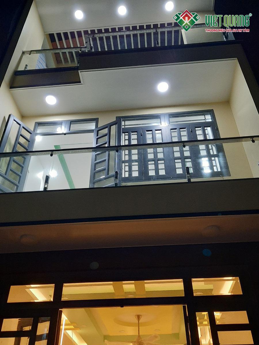 Mặt tiền ngôi nhà phố 4 tầng vào ban đêm khi bật đèn chiếu sáng