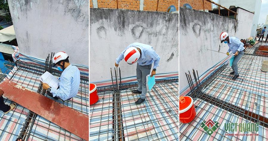 Kỹ sư tiến hành đo đạc, kiểm tra và nghiệm thu thép sàn tại công trình nhà phố