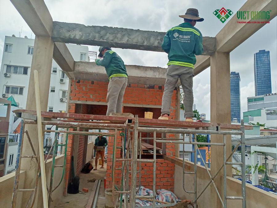 Công nhân Việt Quang đang thi công tô trát tường, dầm (đà) trên sân thượng