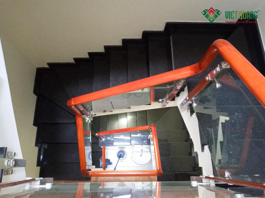 Cầu thang ốp đá Kim Sa Trung, tay vịn gỗ căm xe và trụ INOX kính cường lực