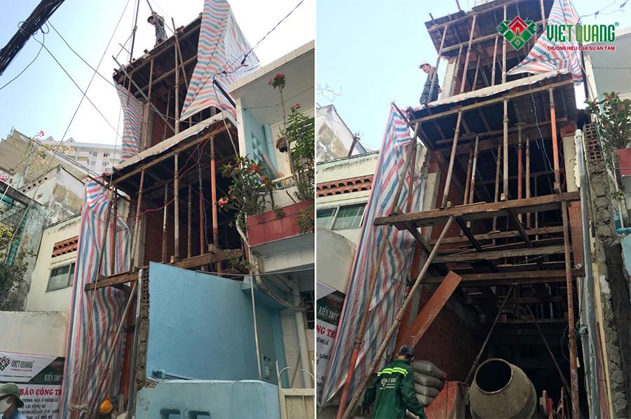 Mặt tiền công trình nhà phố 4 tầng anh Hà Bình Thạnh trong quá trình thi công phần thô